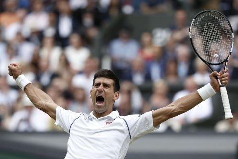 VERDENSENER: Novak Djokovic viste hvorfor han er rangert som den beste tennisspilleren i verden, da Roger Federer ble beseiret etter fire sett i finalen av Wimbledon-turneringen.