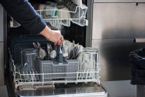 BLI RENT: Fjern papirrester fra glass og lignende før du setter på oppvaskmaskinen.