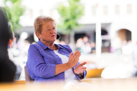 Tidligere statsminister Gro Harlem Brundtland flyttet i 2004 til Frankrike. Hun opplyste at hun ville vende hjem igjen til Norge i 2008, men flyttet ikke tilbake før i 2013, kunne Nettavisen melde i dag.