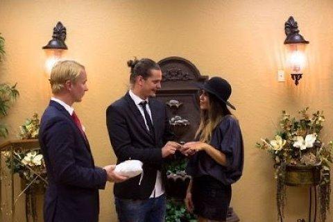GIFT: I USA er nå Dennis og Kristin mann og kone. Her med Petter Pilgaard som vitne. Foto: TV 3