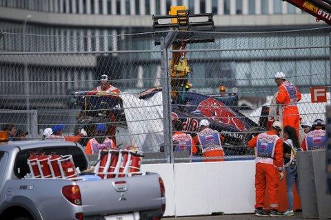 STYGG KRASJ: Carlos Sainz jr. ble fraktet til sykehus etter en stygg krasj på Formel 1-banen i Sotsji.