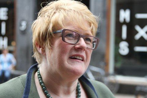 Venstre-leder Trine Skei Grande ber Erna Solberg snakke om mennesker, ikke milliarder.
