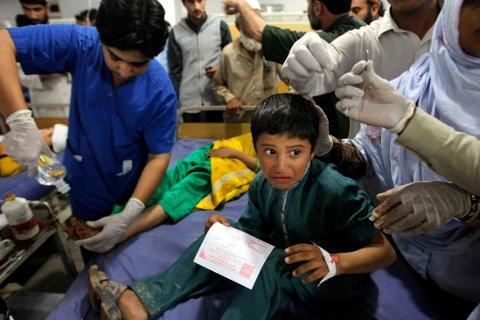SYKEHUS: Pakistanske leger i ferd med å behandle skadde etter jordskjelvet som blant annet rammet Peshawar i Pakistan mandag.