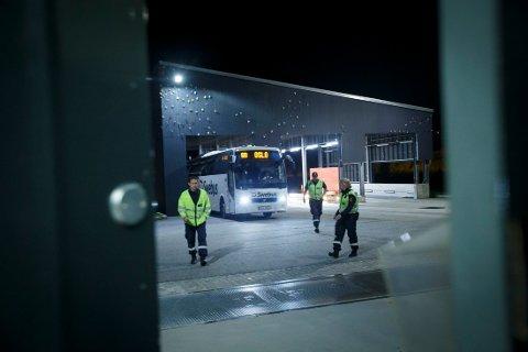 Tollere og politi gjør en rutinekontroll på nattbussen fra Malmö på Svinesund tollstasjon. Til sammen ti flyktninger, sju av dem fra Syria og tre fra Eritrea ble tatt hånd om på denne kontrollen forrige måned.