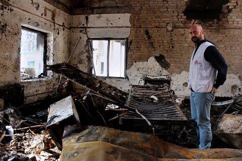 EN ANSATT I Leger Uten Grenser ser på restene av sykehuset etter USAs luftangrep 3. oktober.