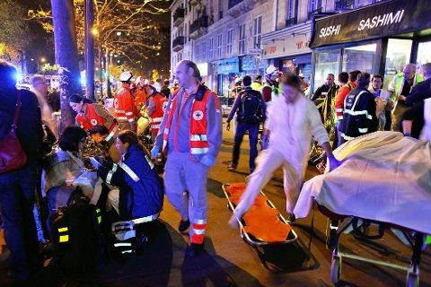 Evakuerte og hjelpepersonell etter terrorangrepet mot konserthallen Bataclan i Paris natten til 14. november 2015.