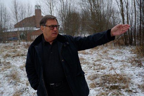 PÅ FRIOMRÅDE: Lars Asbjørn Hanssen, leder for bydelsutvalget i Vestre Aker, viser tomten der UDI og byrådet planlegger flyktningemottak.