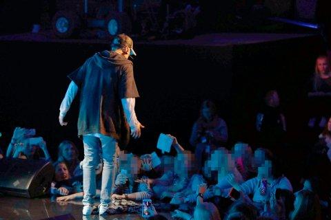 SØLTE VANN: Justin Bieber på scenen under minikonserten for snaut 1000 publikummere i Chataeu Neuf.