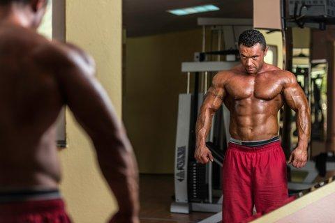 SPEIL SPEIL PÅ VEGGEN DER: Det er ikke alltid det passer seg å posere på gymmet.