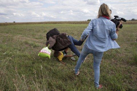8. SEPTEMBER: En flyktende mann og et barn på vei bort fra en politisperring faller etter at kamerakvinnen Petra Laszlo strekker ut et bein i landsbyen Roszke i Ungarn. En video av hendelsen satte sinnene i kok og førte til at kvinnen rykket ut og beklaget.