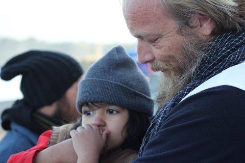 I TRYGGHET: I gjennomsnitt utfører Leger Uten Grenser og Greenpeace 4-5 redningsoperasjoner hver eneste dag. Norske Kim Clausen er en del av den internasjonale innsatsen for å redde båtflyktninger i Egeerhavet.