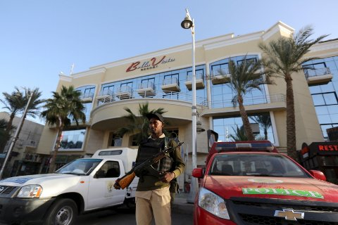 Tre turister ble såret da Bella Vista Hotel i Egypt ble angrepet fredag kveld. Ingen av de ni nordmennene som bodde på hotellet, ble såret.