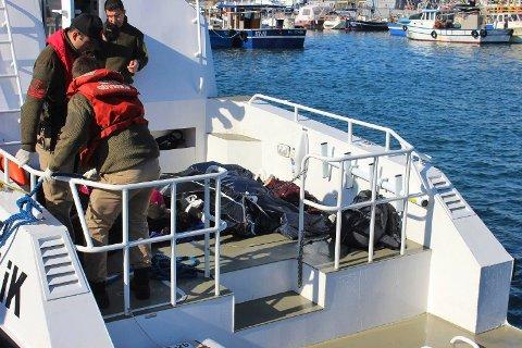 DØDE PÅ EGEERHAVET: Den tyrkiske kystvakten ankommer havna i Izmir med døde migranter som forsøkte å nå Lesvos i Hellas torsdag.