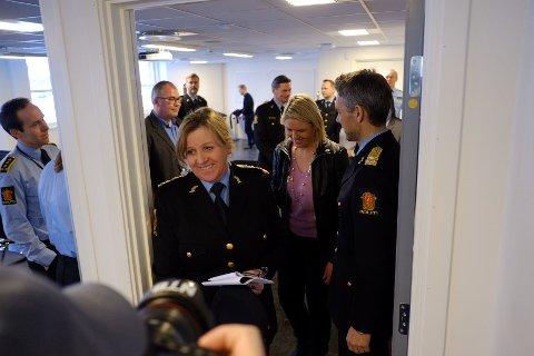 HARDT PRESSET ETAT: Sjef i Politiets utlendingsenhet (PU) Kristin Ottesen Kvigne, her med innvandringsminister Sylvi Listhaug hakk i hel, har lagt bak seg et rekordår - også når det gjelder overtidsbruk.