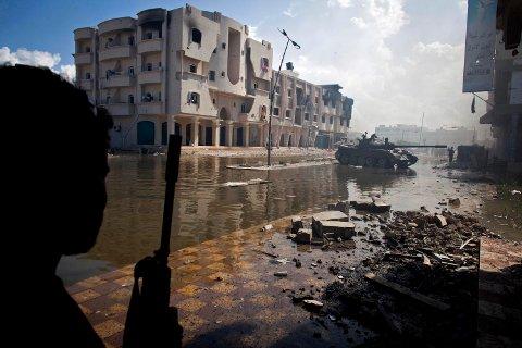ILLUSTRASJONSBILDE: En kriger overvåker en gate i Sirte i 2011.