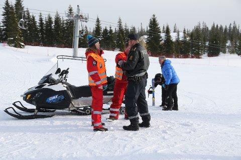 Mannskaper fra politiet og Røde Kors deltok i letingen ved Sjusjøen skisenter, etter at det gikk et snøskred ved senteret lørdag.