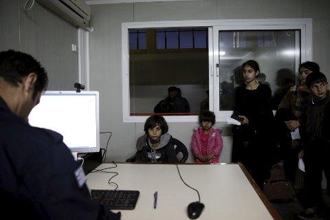 I HELLAS: Syriske barn blir registrert på et migrasjonssenter på den greske øya Khios.