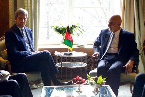 Ashraf Ghani (t.h.), her fotografert sammen med USAs utenriksminister John Kerry, hadde fredag et videomøte med Barack Obama.