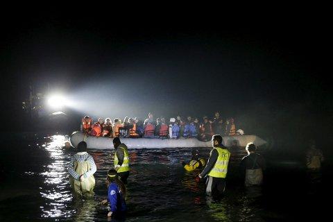SØNDAG MORGEN: En gummibåt med migranter og flyktninger ankom øya Lesvos søndag morgen.