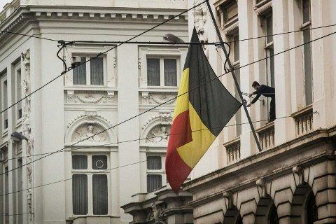 HALV STANG: Et belgisk flagg fires til halv stang i Brussel onsdag, dagen etter terrorangrepene som så langt har kostet 31 mennesker livet.