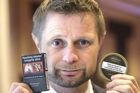Helse- og omsorgsminister Bent Høie (H) viste i februar i fjor fram nye emballasjer for snus og tobakk.