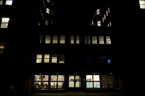 KØ FOR REGISTRERING: Det ble jobbet seint og tidlig på registreringsenheten hos Politiets utlendingsenhet på Tøyen høsten og vinteren 2015, men man klarte ikke å ta unna. En fersk rapport beskriver et nær totalt sammenbrudd i registrering av asylsøkere.