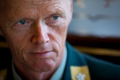 VERBAL SKYTS: Han er forsvarstoppen som har snakket om totalforsvarets kollaps og beskrevet den norske hærens kapasitet som ikke brukelig til mer enn å forsvare en bydel i Oslo. Møt generalløytnant Robert Mood i Det store intervjuet.