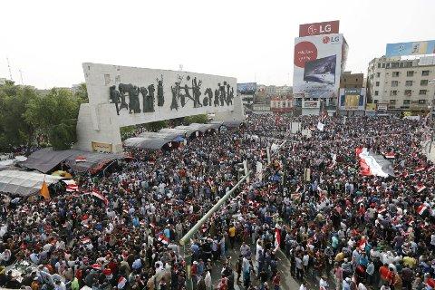 Moqtada al-Sadrs tilhengere har demonstrert i ukevis med krav om at nasjonalforsamlingen godkjenner en ny regjering og får slutt på den politiske dragkampen. Her fra en protest på Tahrir-plassen i Bagdad 26. april.