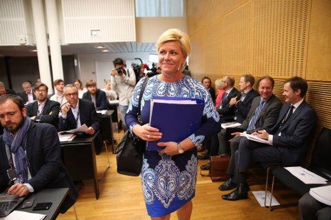 Finansminister Siv Jensen (Frp) på vei til å legge fram Revidert nasjonalbudsjett.