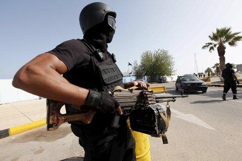 Libyas såkalte samlingsregjering har etablert seg på en marinebase i utkanten av Tripoli, der de voktes av lojale militssoldater.