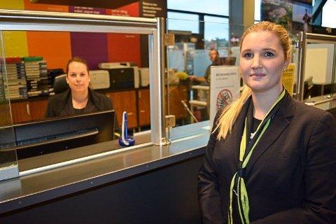 KAN MISTE JOBBEN: Mariann Arnesen (bak skranken) fra Moss og Iselin Blakkestad fra Sarpsborg jobber for Aviator trafikk på MLR.
