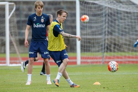 HÆRFØRER OG DEBUTANT: Stefan Johansen (foran) og Martin Samuelsen på landslagstrening i Braga. Begge får trolig spilletid mot Portugal.