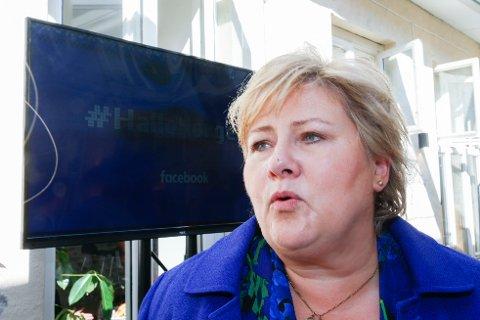 VIL BEKJEMPE NETTHETS: Statsminister Erna Solberg var tilstede under åpningen av Facebooks første kontor i Norge. Selv bruker hun Facebook til å debattere politiske saker. - Jeg mener vi skal ha et luftrom der folk skal kunne få gi uttrykk for sin frustrasjon, men det må skje innenfor normal folkeskikk, sier Solberg.