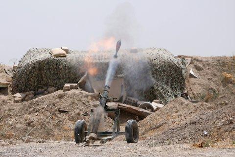 Den syriske regjeringshæren har de siste dagene rykket fremover mot IS-kontrollerte Raqqa. Her avfyres en bombekastergranat mot området i slutten av mai.