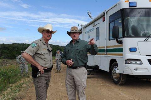 Politi og letemannskaper har lett etter soldatene som fredag kveld ble funnet omkommet i en flomherjet del av Texas.