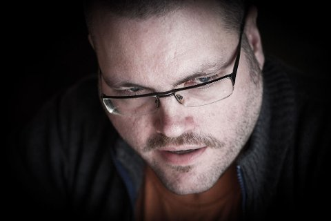 FÅR SVAR PÅ TILTALE: Bloggeren Gunnar Tjomlid skriver om Rolness-effekten og får svar på tiltale fra artisten og skribenten Kjetil Rolness.