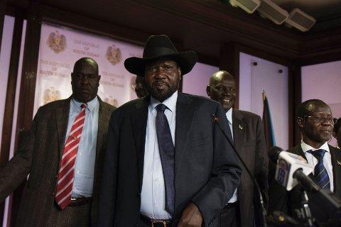 STARTET FREDAG: Sør-Sudans president Salva Kiir (i midten), fulgt av visepresident James Wani Igga forlater et konferanserom etter skyting utenfor presidentpalasset fredag.