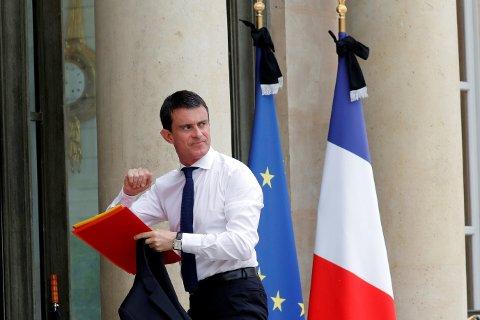 Den franske statsministeren Manuel Valls ankommer Elysee Palace i Paris, for å delta på et forsvarsmøte. Foto: NTB
