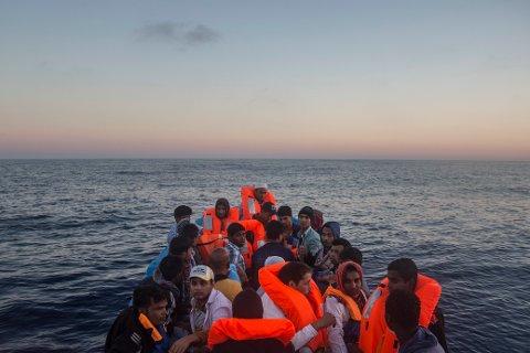 Flyktninger og migranter om bord i en overfylt trebåt under en redningsopperasjon i Middelhavet utenfor az Zawiyah, Libya torsdag.