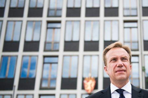 utenriksminister Børge Brende (H) får kritikk for at Norge valgte å stå utenfor en anbefaling om å be FN i 2017 invitere til forhandlinger om et forbud mot atomvåpen.