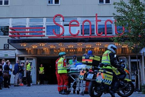 Nødetatene på plass utenfor Sentrum Scene i Oslo etter at deler av taket raste ned under en konsert for BI-studenter søndag.