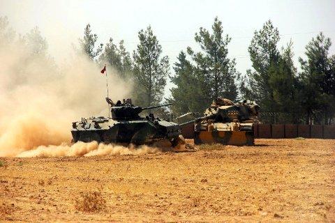 Tyrkiske stridsvogner på vei over grensen til Syria i forrige uke.