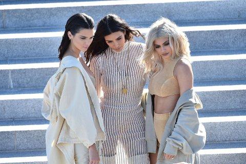 STØTTER OPP: Kendall, Kim og Kylie var alle tilstede under showet.