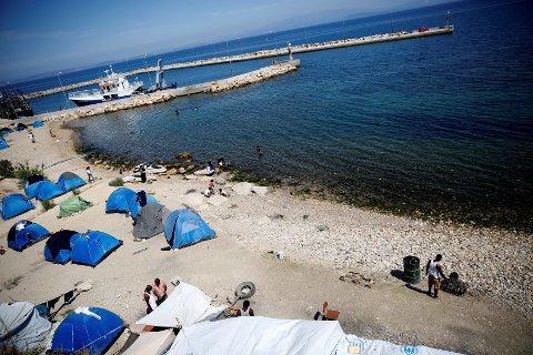 Denne stranda i Souda på den greske øya Khios er blitt en flyktningleir. Bildet er tatt 7. september. Nå bevilger EU penger for å bedre forholdene for flyktningene i Hellas.
