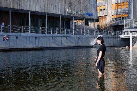 Sol og sommertemperaturer også i Oslo tirsdag. Silvia fra München vurderte badetemperaturen på Tjuvholmen.