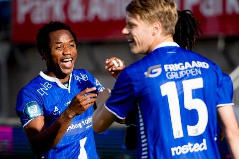 FØRSTE TIPPELIGAMÅL: Kachi (til venstre) og lagkompisene feirer 1-0-målet til Sarpsborg 08 mot Viking på Sarpsborg stadion.