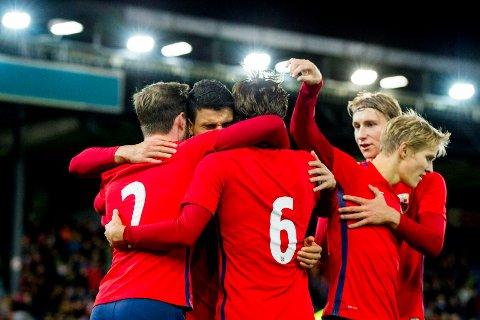 IMPONERER: U21-gutta jubler for Mohamed Elyounoussis 2-1-scoring mot Sveits og dermed en imponerende seier. A-landslaget sliter med å imponere på samme måte.