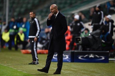 TROR IKKE SINE ØYNE: Zinedine Zidane er målløs idet Legia Warsawa tar ledelsen 3-2 mot de spanske stjernegalleriet.