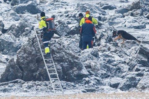 Politiet og redningsmannskaper søker med hund i rasområdet i Sørum. Tre personer er savnet og antas omkommet etter et jordras i Sørum i Akershus.