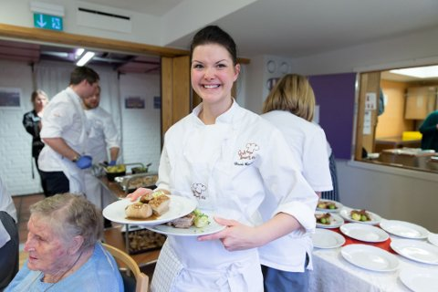 KOKKENS RÅD: Heidi Bengtson fra kokkelaget hos Godt Levert var med da det ble servert julelunsj for beboere på Manglerudhjemmet. Her gir hun Nettavisens lesere sine beste tips for julematen.